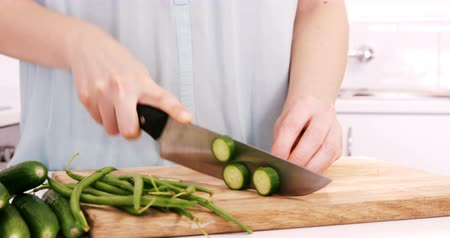 разделочная доска : Woman cutting vegetables in the kitchen