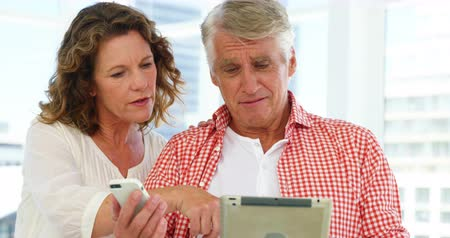 olhares : Mature couple is looking some electronic devices at home