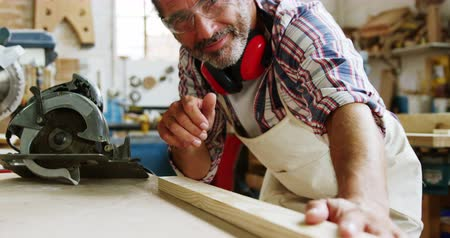 marangoz : Happy carpenter with thumbs up while working in workshop Stok Video