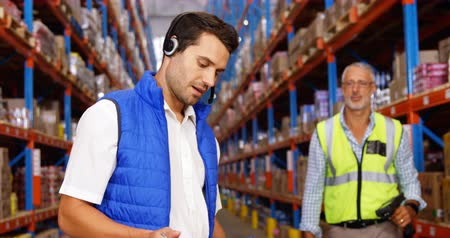 распределение : Warehouse workers working together in a warehouse