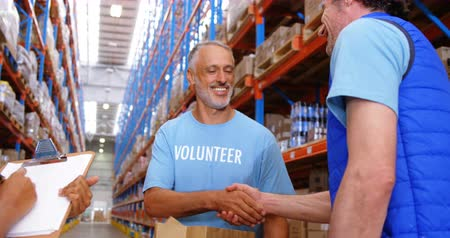 dobrovolník : Warehouse worker doing a charitable work in a warehouse