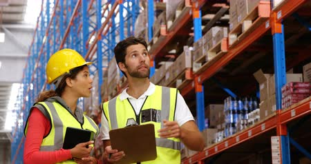 lojistik : Warehouse workers working together in a warehouse