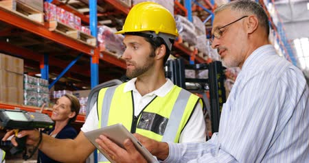 yönetici : Manager showing tablet to worker in warehouse
