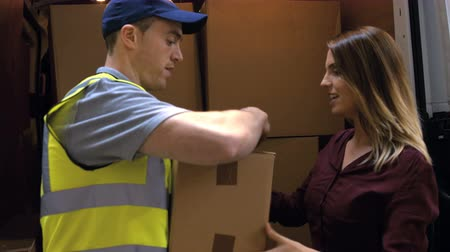 receber : Man delivering courier to warehouse management in warehouse