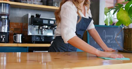 garçonete : Waitress is cleaning the counter at restaurant