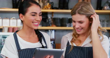 garçonete : Waitress interacting with each other using digital tablet in restaurant 4K