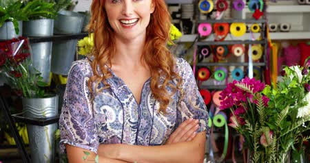 kwiaciarnia : Portrait of happy florist standing with arms crossed in flower shop Wideo