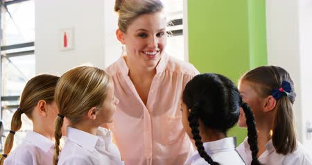uniforme : Portrait of teacher and kids smiling in classroom at school 4k