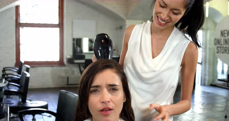 kurutma : Woman getting her hair dried with hair dryer in hairsalon 4k