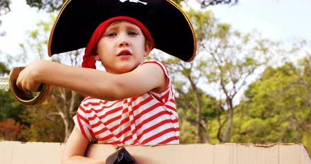 kostüm : Portrait of boy pretending to be a pirate in the park 4k