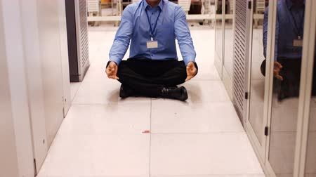 размышлять : Technician meditating in hallway of server room 4k