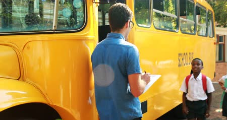 otobüs : Teacher taking attendance while student entering in bus at campus 4k