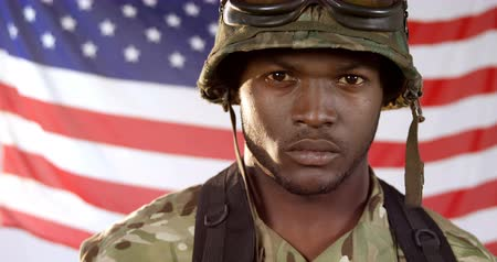 soldados : Portrait of military soldier standing against US flag background 4k