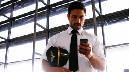 aircrew : Pilot using mobile phone at airport