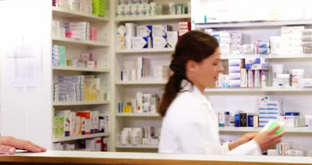 фармацевт : Customer giving prescriptions of medicine to pharmacist in pharmacy