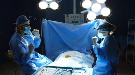 üzemeltetési : Surgeons dancing after performing a successful operation in operation room at hospital 4k