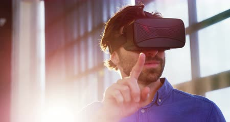 innováció : Man using virtual reality headset at office 4k