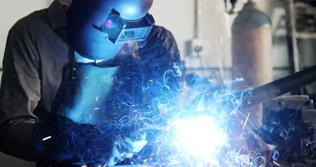 warsztat : Welder welding a metal in workshop 4k