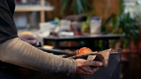 warsztat : Glassblower shaping a molten glass at glassblowing factory