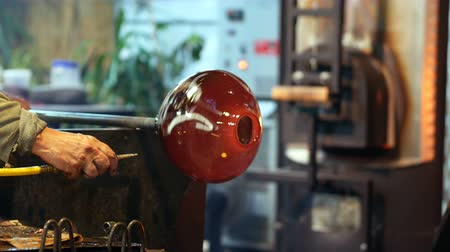 warsztat : Two glassblowers shaping a molten glass at glassblowing factory Wideo