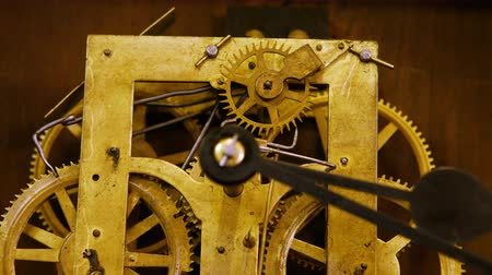 mechanismus : Close-up of vintage watch mechanism with gears Dostupné videozáznamy
