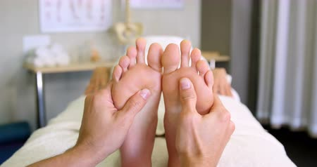 ayaklar : Physiotherapist giving foot massage to a woman in clinic 4k
