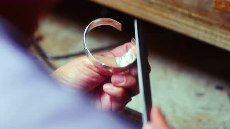 technika : Close-up of craftswoman preparing ring in workshop 4k Dostupné videozáznamy