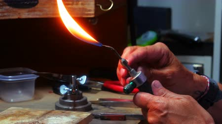 ajustando : Close-up of craftswoman using blowtorch in workshop 4k