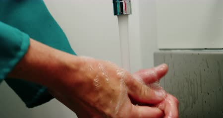 раковина : Close-up of male surgeon washing his hands at the hospital