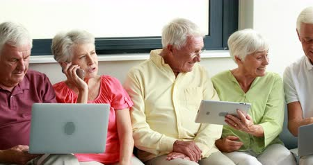 cidadão idoso : Senior citizens using digital tablet and laptop at home