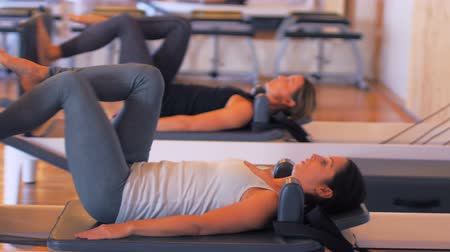 focalizada : Women exercising on gym equipment in fitness studio