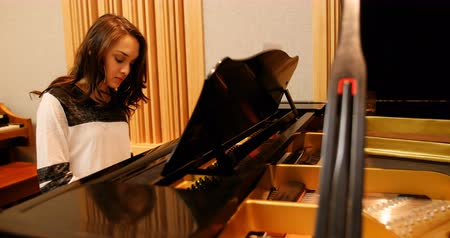 focalizada : Woman playing a piano in music studio
