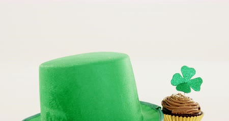 irlandia : leprechauns hat with chocolate muffin for st patricks day high quality