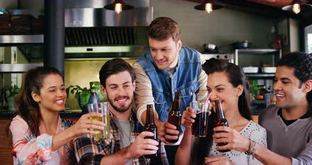 ресторан : Happy friends toasting drinks together in restaurant