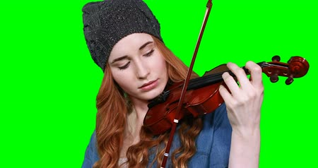 hegedűművész : Close-up of female musician playing violin against green screen