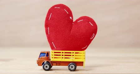 грузовик : Close-up of red heart being carried by truck Стоковые видеозаписи