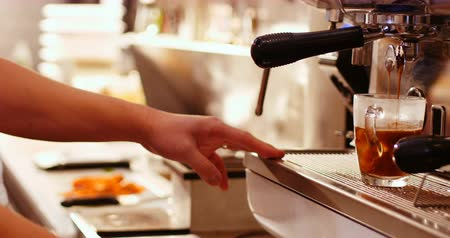 lét : Close-up of coffee being poured in the cup from coffee machine