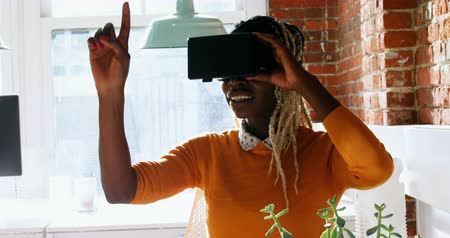 executivo : Female executive using virtual reality headset in office Stock Footage