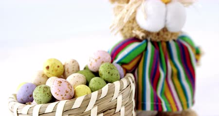 koszyk wielkanocny : Basket with Easter eggs and Easter bunny on wooden surface Wideo