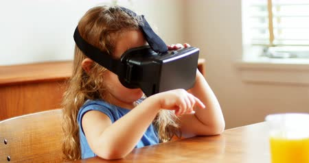 suçsuzluk : Girl using virtual reality headset at home