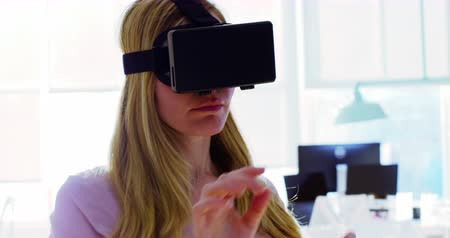 focalizada : Female executive using virtual reality headset in office Vídeos