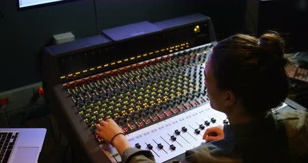 kayıt : Male audio engineer using sound mixer in recording studio