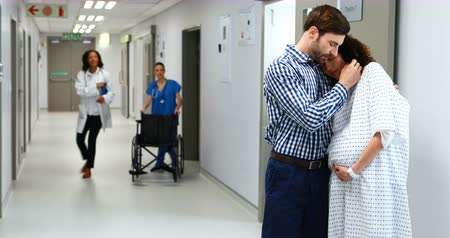 emek : Man embracing pregnant woman in corridor at hospital