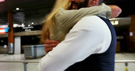 chegada : Happy couple embracing each other at the airport Vídeos