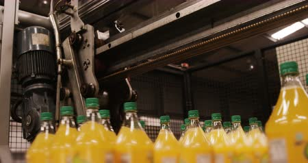 meyve suyu : Machine separating juice bottles in industry