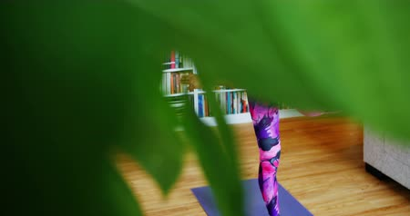 coreano : Beautiful woman practicing yoga in living room at home Stock Footage
