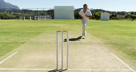 kriket : Bowler delivering ball during practice session on cricket field