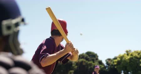 nietoperz : Batter hitting ball during practice session on a sunny day