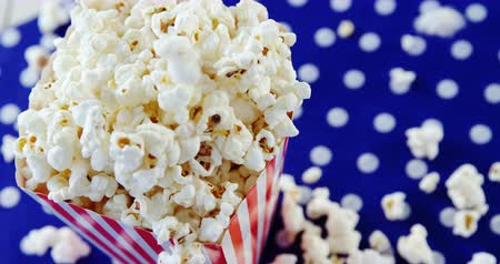 попкорн : Close-up of popcorn with 4th july theme on cloth Стоковые видеозаписи