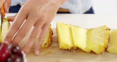 ananas : Woman cutting pineapple on chopping board at home Stok Video